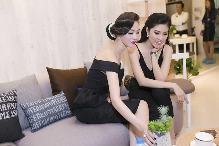 Trong khi Khánh My khoe vai trần trong bộ đầm nữ tính thì Thu Hằng lại cá tính với áo 2 dây và quần âu