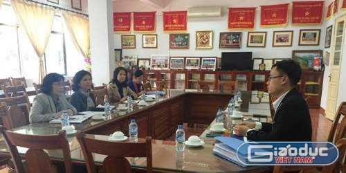 Buổi làm việc giữa đại diện Trường tiểu học Đoàn Thị Điểm với phóng viên Báo điện tử Giáo dục Việt Nam. Ảnh: Phan Thiên
