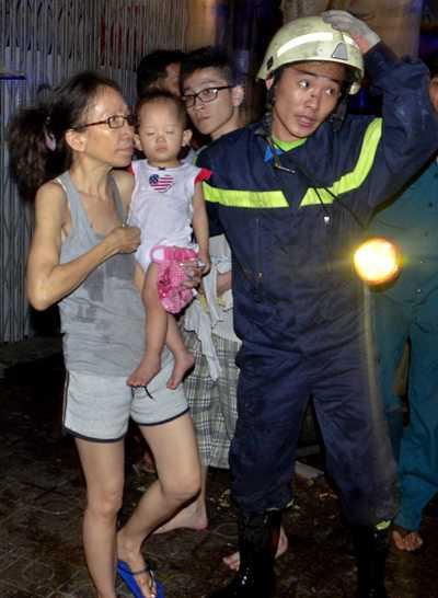 Lực lượng chức năng đưa người gặp nạn xuống đát an toàn.