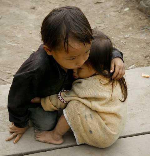 'bé gái hai tuổi được anh trai bốn tuổi che chở tại Nepal'