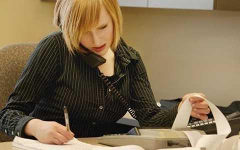 Với nghề kế toán, bạn có thể nhận thêm việc về nhà làm vào thời gian buổi tối hoặc cuối tuần để kiếm thêm thu nhập, với mức lương trên 30.000 USD/năm.