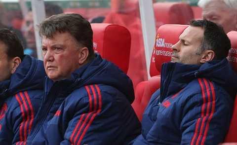 Van Gaal thất thần nhìn các học trò thua trận
