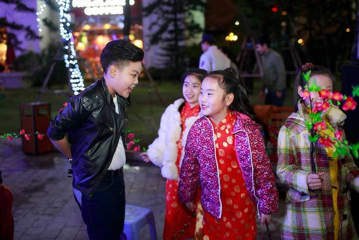 """Nhờ gương mặt mũm mĩm đáng yêu cùng nụ cười tươi luôn thường trực trên môi, Tiến Quang được rất nhiều các bạn nữ xin chụp ảnh cùng và nhờ Tiến Quang chia sẻ kinh nghiệm đoạt được giải Á Quân """"Giọng hát Việt nhí""""."""