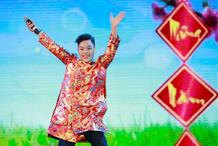 Nguyễn Trọng Tiến Quang mặc áo dài cách điệu khuấy động không khí của chương trình cùng hàng nghìn khán giả nhí tại đây.