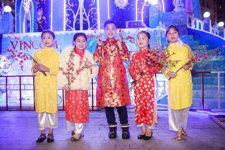 Thời điểm cuối năm, Tiến Quang khá đắt show tại khu vực phía Bắc, đồng thời, cậu bé cùng thày của mình là nhạc sĩ Dương Khắc Linh dự kiến sẽ có một món quà âm nhạc dành cho khán giả yêu mến trong thời gian sắp tới.
