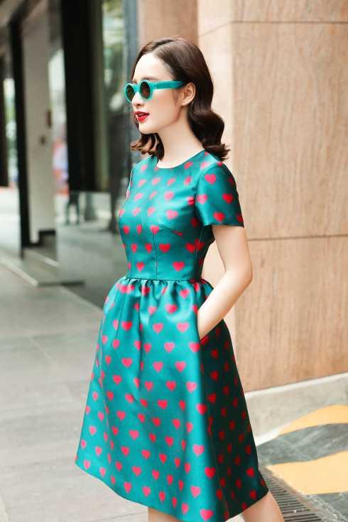 Người đẹp sử dụng thêm phụ kiện phù hợp trang phục.