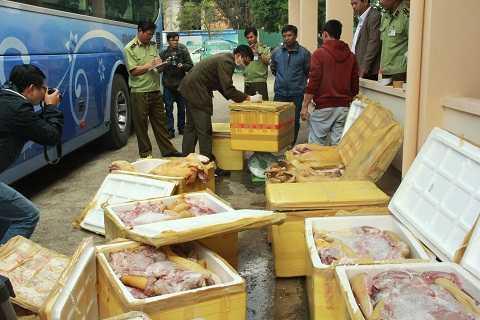 Lực lượng chức năng đang kiểm tra khối lượng thịt thối. Ảnh: Thanh Hải