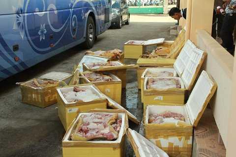 Chiếc xe bị tạm giữ cùng số lượng thịt không rõ nguồn gốc. Ảnh: Thanh Hải