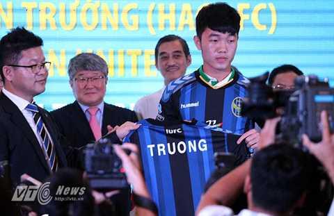 Xuân Trường ra mắt áo đấu của Incheon (Ảnh: Hoàng Tùng)