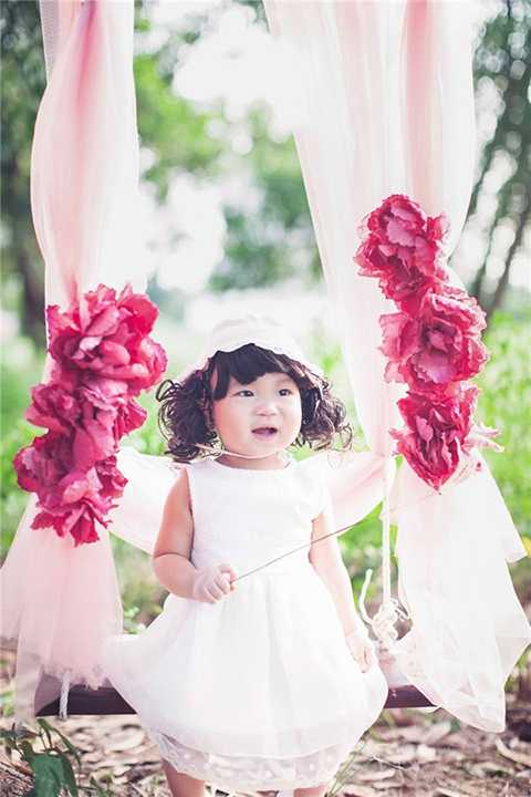 """Riêng công chúa út Sunny lại được nhận xét là có năng khiếu nghệ thuật khi thường xuyên """"nhún nhảy"""" mỗi lần nghe thấy tiếng nhạc."""