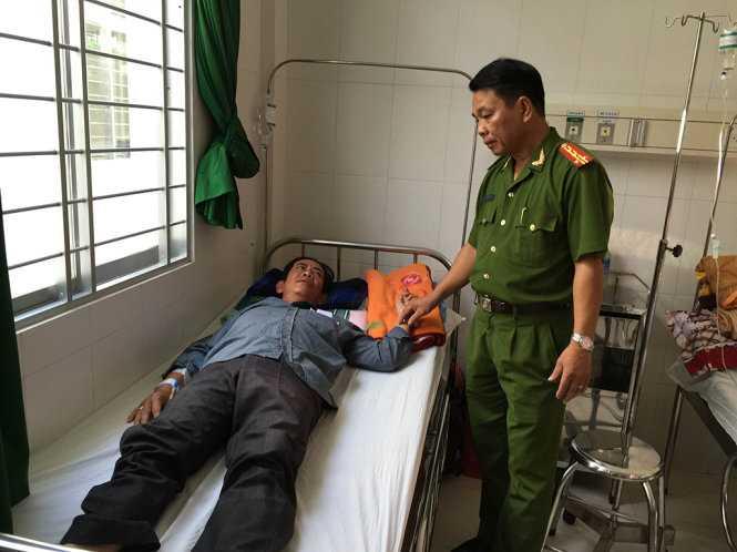 Đại tá Phạm Văn Toàn thăm hỏi anh Tính - Ảnh: Văn Thỉnh