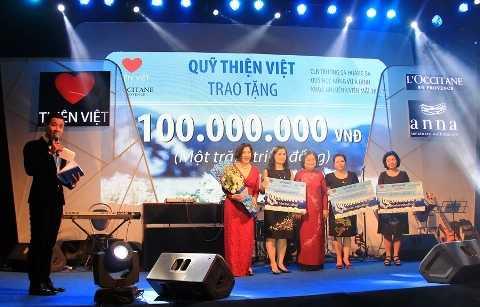 """Trong đêm nhạc """"Mùa Hy Vọng"""", ban tổ chức nhận được số tiền 542 triệu đồng từ đóng góp của các mạnh thường quân."""