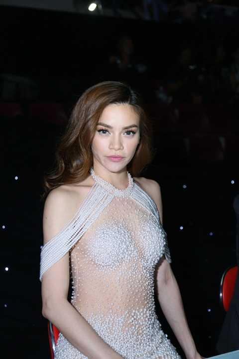 Diện váy xuyên thấu được đính ngọc trai cầu kì, Hồ Ngọc Hà nổi bần bật giữa dàn sao Việt tham dự sự kiện tối qua.