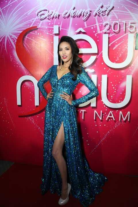 Lan Khuê lộng lẫy trong chiếc đầm sequin xẻ tà, khoét ngực của NTK Lý Quí Khánh. Top 11 Hoa hậu thế giới 2015 khéo léo khoe vòng 1 căng đầy cùng vóc dáng