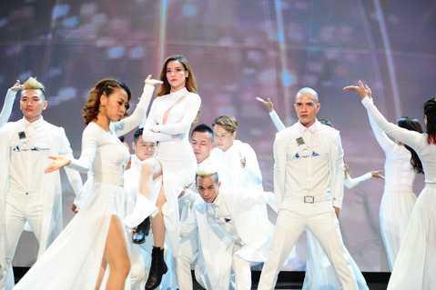 Nữ hoàng giải trí thể hiện hai ca khúc Destiny và What's love