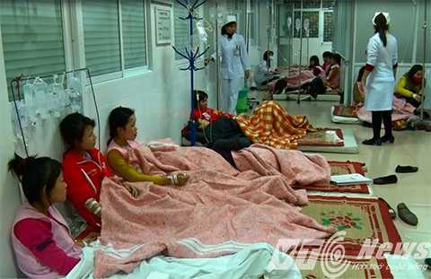Hàng trăm công nhân bị ngộ độc thực phẩm đang được điều trị tại Bệnh viện - Ảnh MK