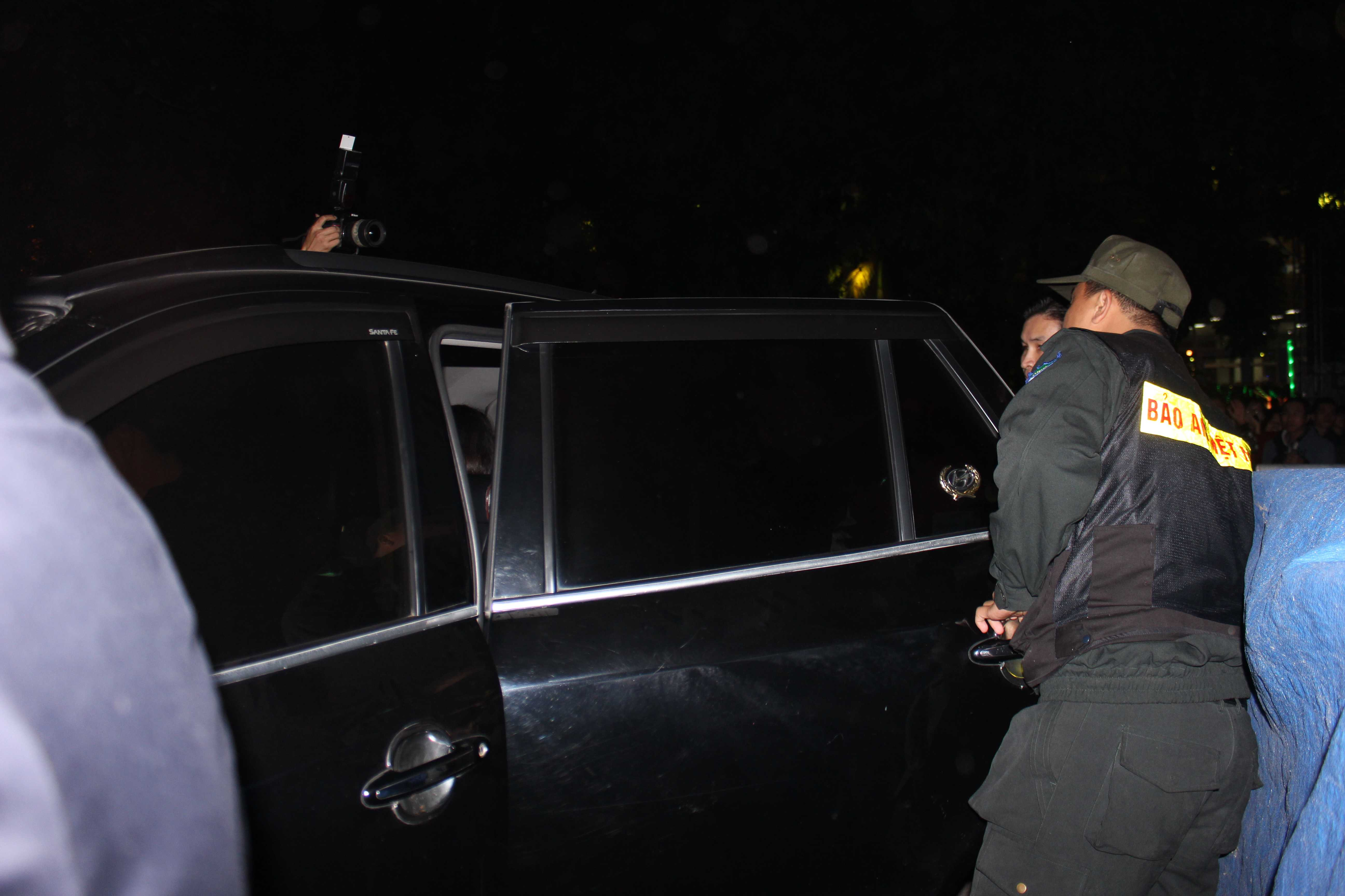 Lực lượng an ninh bảo vệ Sơn tùng M-TP sau khi diễn xong.