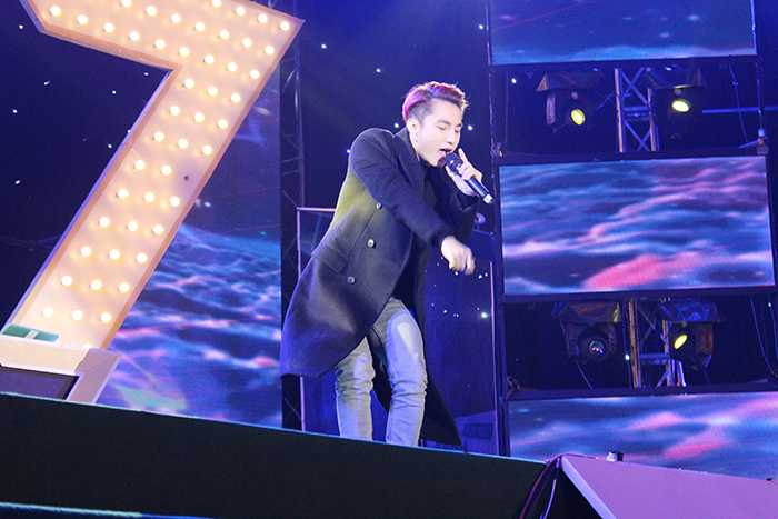 Chàng trai Thái Bình này đã thể hiện những bài hát gắn với tên tuổi được giới trẻ thích thú.