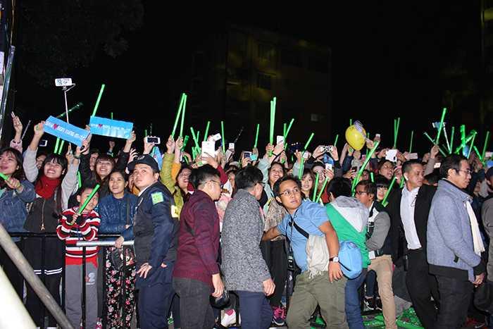 Cảnh chen lấn, xô đẩy của hàng nghìn sinh viên khi Sơn Tùng xuất hiện.