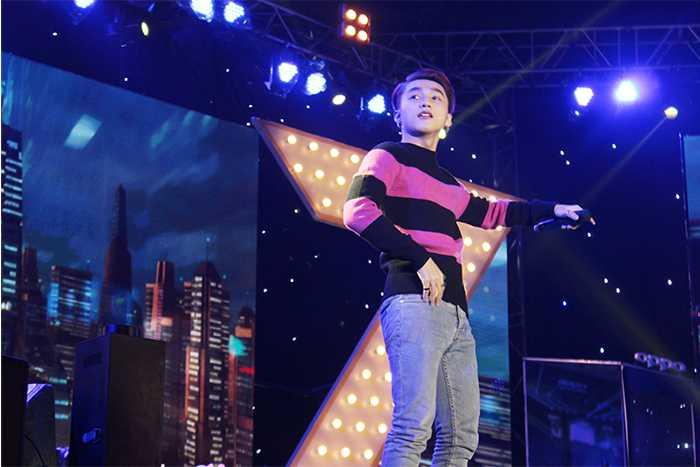 Sơn Tùng thể hiện các ca khúc được giới trẻ cổ vũ nhiệt tình.