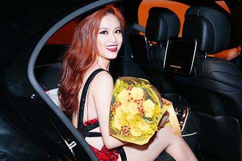 Hoàng Thùy Linh xuất hiện nổi bật trong một đêm nhạc với bộ váy ngắn màu đỏ lấp lánh.