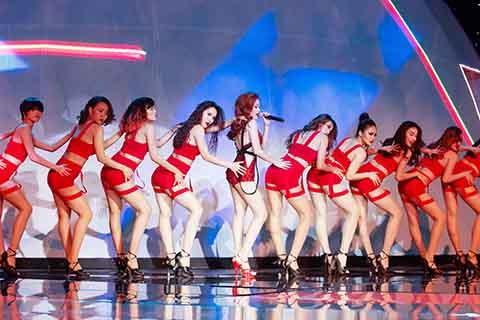 Những đường cong nóng bỏng cùng vũ điệu đẹp mắt, Hoàng Thùy Linh khiến nhiều khán giả bị