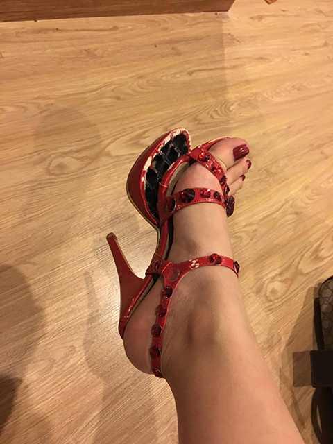 Bị bung gót giày khi đang thực hiện các động tác vũ đạo là