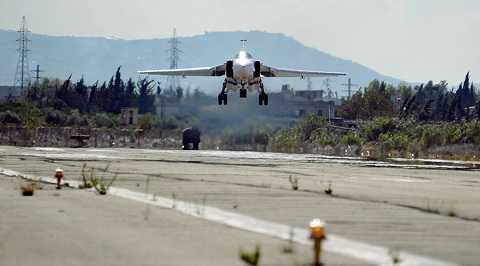 Chiếc Su-24 Nga hạ cánh ở căn cứ không quân tại Syria