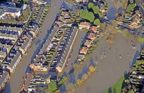 Ảnh chụp từ trên không một khu vực bị ngập ở York - Ảnh: SWNS