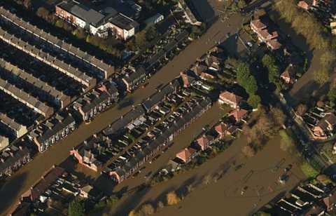 Nước lũ bủa vây các con đường ở York - Ảnh: PA