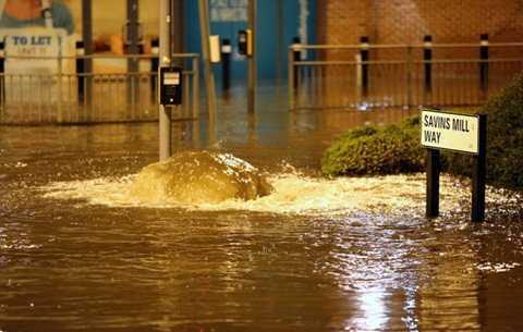 Nhiều con đường trung tâm thành phố York chìm trong nước - Ảnh: UKNIP