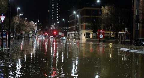 Cả thành phố du lịch sôi động giờ chỉ còn lại những chiếc ô tô bị mắc kẹt - Ảnh: UKNIP