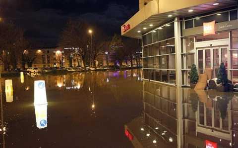 Nước mênh mông trước một khách sạn ở York - Ảnh: UKNIP