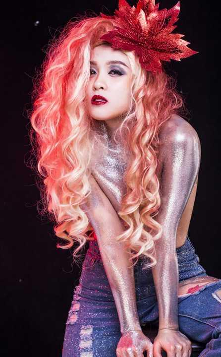 Với chủ đề Beauty Noel 2015, Hoa Di Linh cùng ekip thực hiện đã biến hóa đa dạng qua từng concept make up, từ sang trọng, ấm áp và quyến rũ, đến nhẹ nhàng, trong sáng như thiên thần, hay một chút lạnh lùng lẫn cá tính.