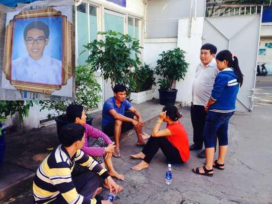 Gia đình chị Nguyễn Thị Lệ chờ cơ quan chức năng khám nghiệm tử thi (ảnh lớn) và di ảnh Đinh Thanh Thao