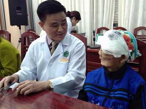 Giám đốc BV Răng hàm mặt TW Trịnh Đình Hải thăm hỏi sức khỏe bà Chài sau phẫu thuật.