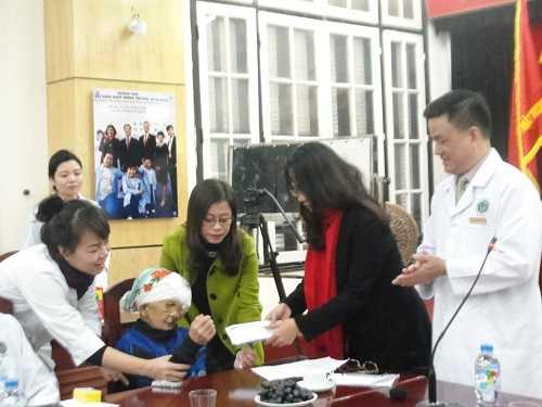 Đại diện báo điện tử VTC News trao 35,8 triệu đồng tiền độc giả ủng hộ cho bà Chài.
