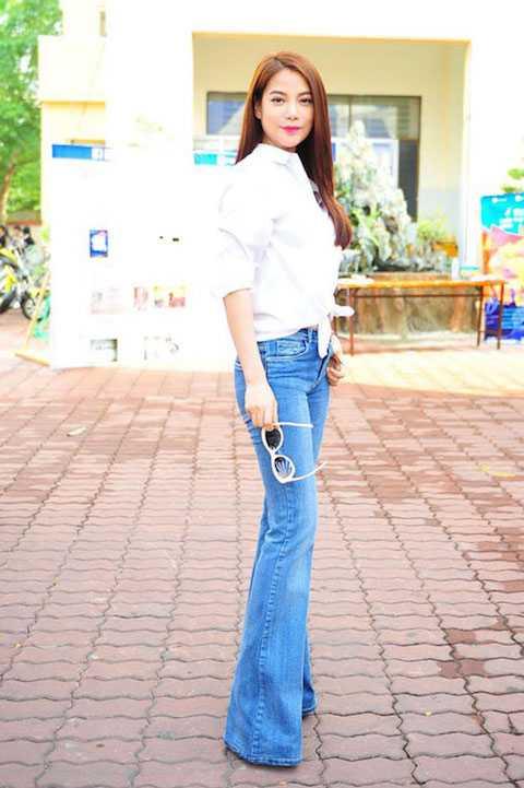 Quần jeans ống loe tôn dáng vẻ thanh mảnh, đôi chân thon dài của Trương Ngọc Ánh.