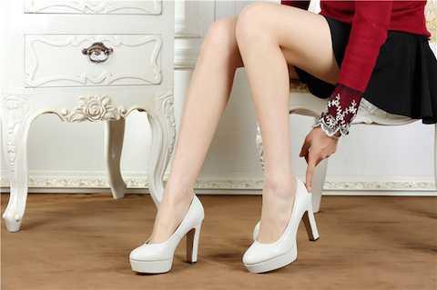 Bạn gái nào cũng trở nên quyến rũ hơn với giày cao gót.