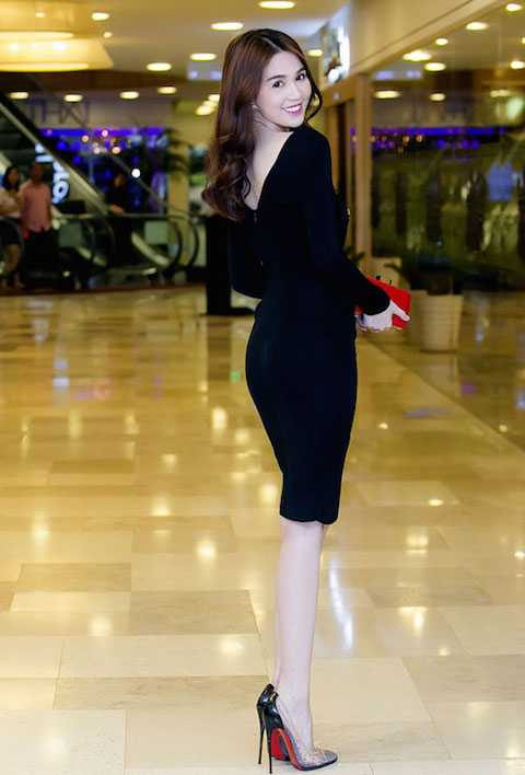 Chiếc đầm đen eo ót tôn lên nước da trắng ngần của Ngọc Trinh.