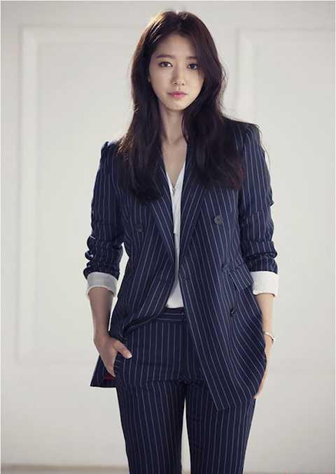 Item không thể thiếu của giới công sở. Áo blazer phong cách menswear khá phổ biến nhất và hay được mặc cùng quần tây ton-sur-ton.