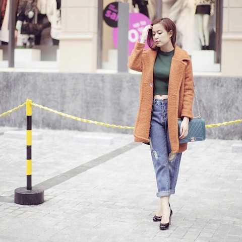 Dù luôn dẫn đầu xu hướng với đủ loại trang phục nhưng Hoàng Thuỳ Linh vẫn không thể rời xa những chiếc quần jeans.