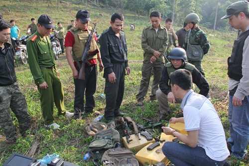 Lực lượng chức năng kiểm đếm tang vật sau vụ đấu súng với 28 tên tội phạm ma túy.