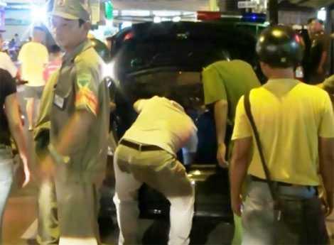 Cảnh sát khám xét chiếc xe BKS 51A 385.10