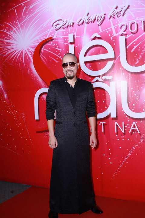NTK gốc Hà Nội diện trang phục cách điệu từ áo vest làm từ chất liệu gấm đen có tà dài.