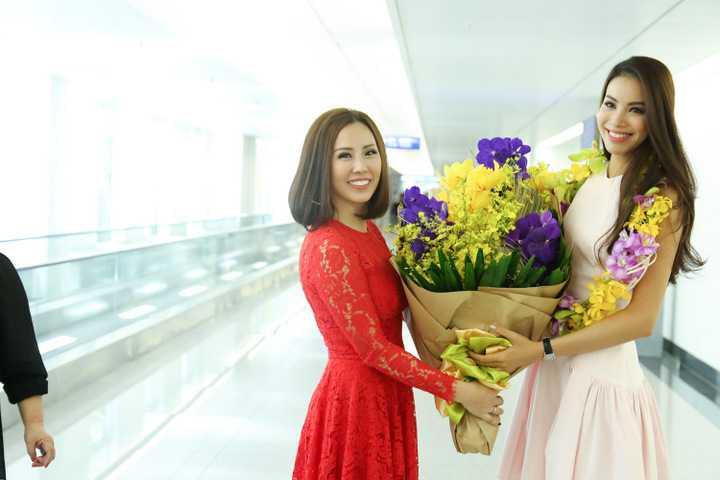 Hàng trăm fan hâm mộ và báo chí, truyền thông cùng gia đình đã có mặt để chào đón sự trở về của Phạm Hương.