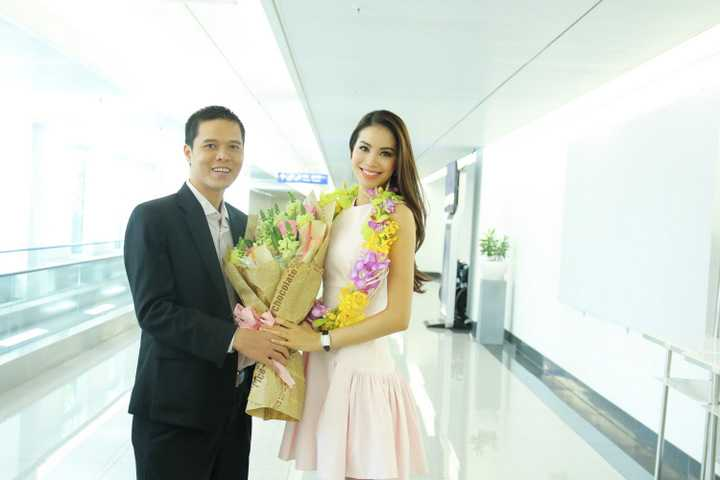 Có mặt tại buổi đón, NSND Ngọc Giàu, hoa hậu Thu Hoài cùng người thân đã vào tận khu vực lấy hành lý để đón Hương và hỗ trợ cô làm thủ tục.