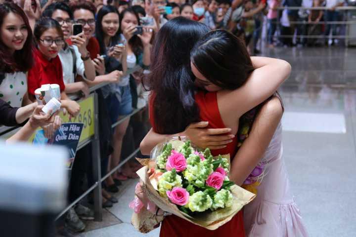 Mẹ Phạm Hương vỡ òa xúc động khi nhìn thấy con gái.