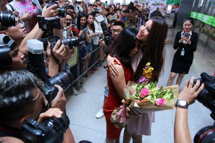 Khoảnh khắc này khiến Phạm Hương vô cùng xúc động và rơi nước mắt.