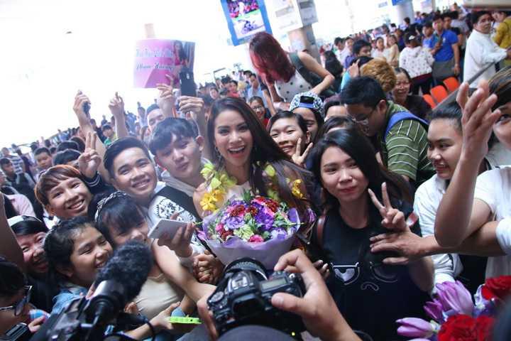 Phạm Hương cũng nhiệt tình chụp ảnh cùng fan, cảm ơn tất cả các fan hâm mộ đã ủng hộ cô suốt thời gian qua. Phạm Hương cho biết: